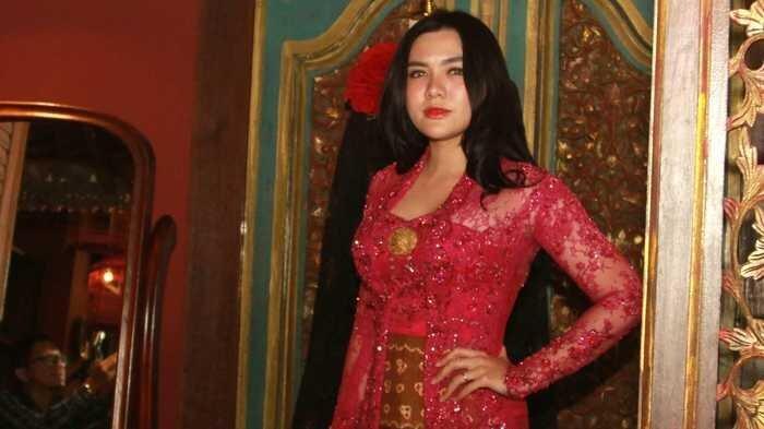Desainer Anne Avantie Minta Maaf Soal Pemakaian Suntiang Minang