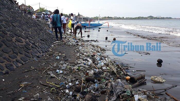 Aksi Bersih-bersih Sampah Kiriman di Pantai Matahari Terbit