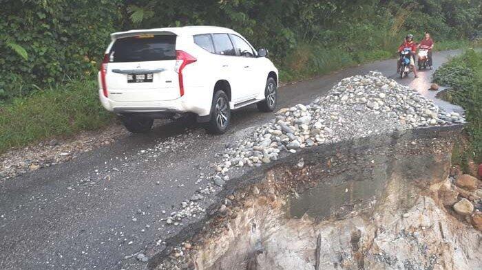 Amblas Sejak Empat Tahun Lalu, Jalan Lintas Provinsi Ini Terancam Putus
