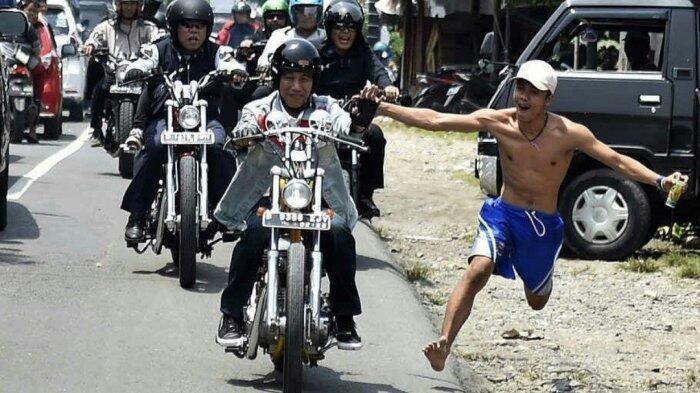 Paspampres Panik! Pria Bertelanjang Dada Nekat Berlari Kejar Jokowi saat Motoran