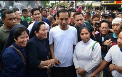 Jokowi Kembali Diserang Hoax, Kali Ini Kenakan Kaus Ganti Presiden