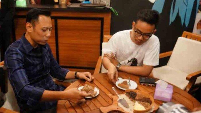 AHY Sambangi Putra Jokowi di Gerai Martabak