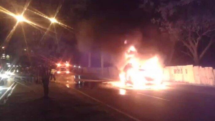Mobil Tiba-tiba Terbakar di Jalan, Bocah 5 Tahun Tewas