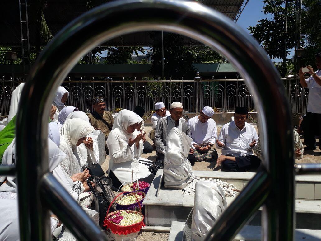 Jelang Debat, Khofifah Sempatkan Ziarah ke Makam Sunan Ampel
