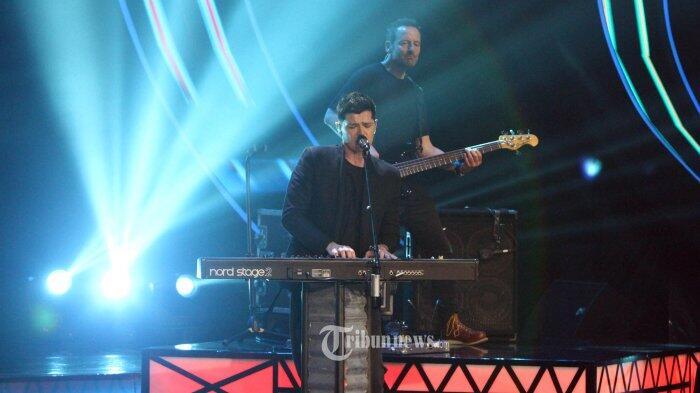 Danny O'Donoghue Kenakan Batik Saat Konser