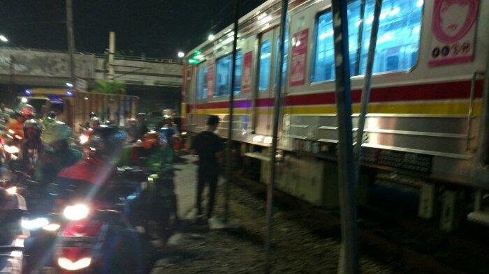 Menyelonong Lintasi Perlintasan Kereta, Pengendara Sepeda Motor Terluka Dihantam KRL