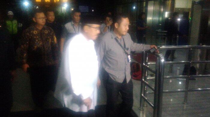 Berjalan Gunakan Tongkat, Bupati Bandung Barat Jalani Pemeriksaan di KPK