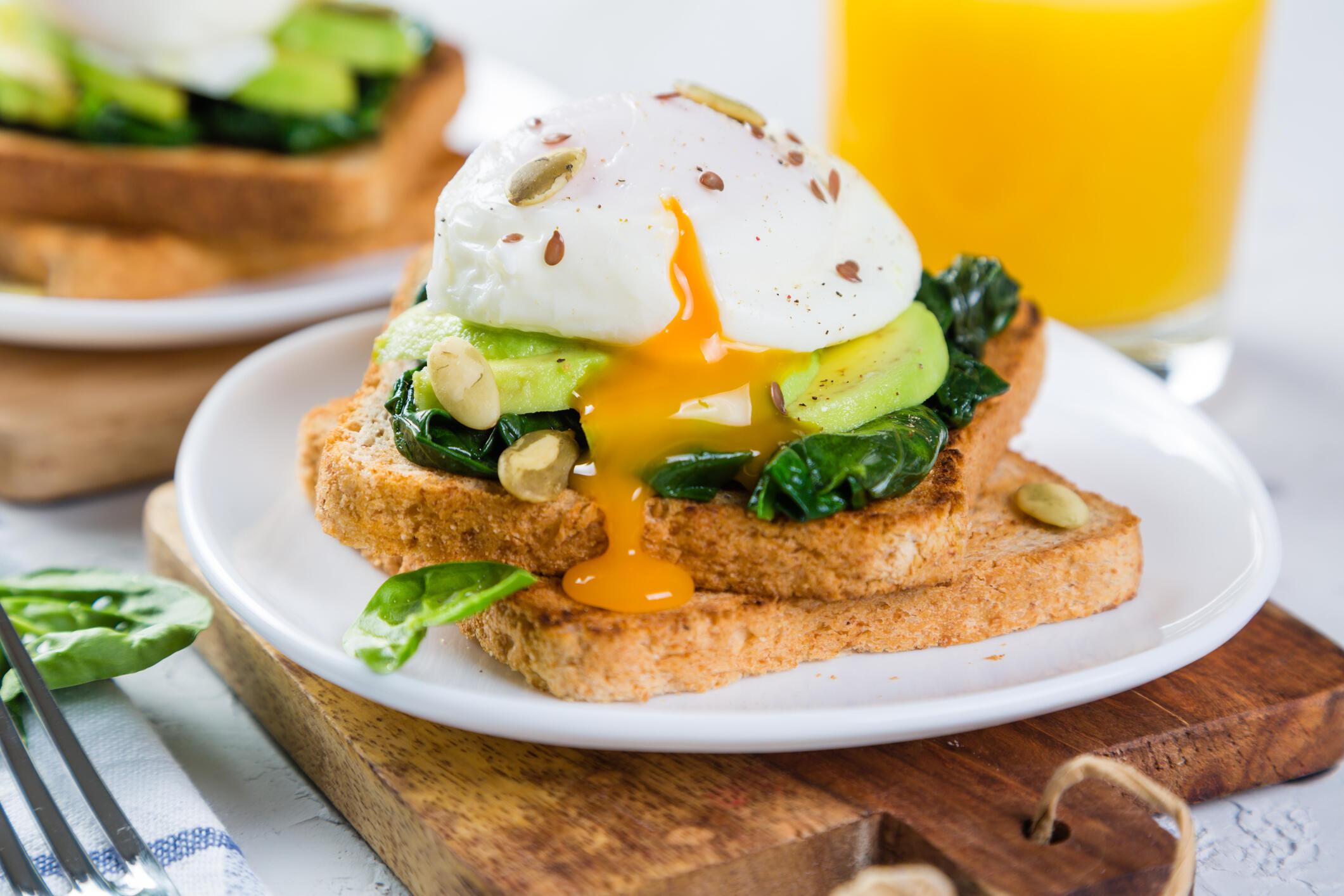 Begini Cara Tepat Membuat Poached Egg yang Lembut Meleleh