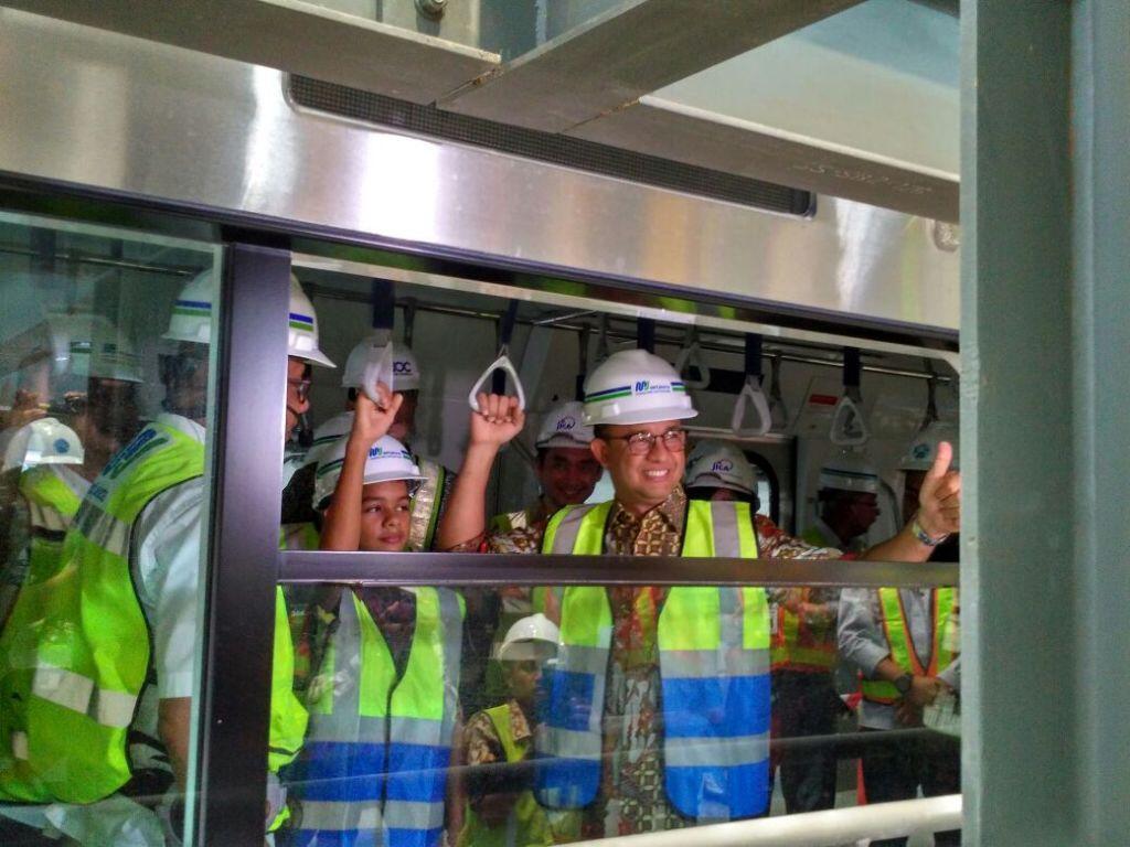 Anies Tinjau Kereta Pertama MRT Jakarta