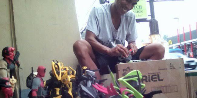 Ide Kreatif Sandal Jepit Jadi Action Figure