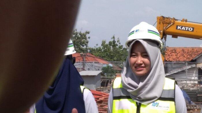 Cerita Tiara, Masinis Perempuan Pertama yang Dampingi Anies Saat Jajal Kereta MRT