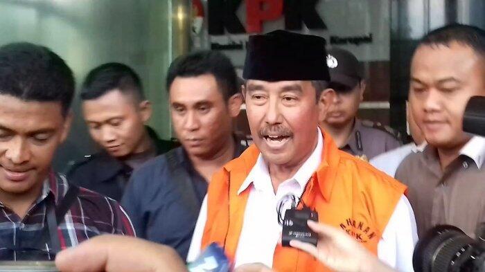 Ditahan KPK, Bupati Bandung Barat Tetap Tersenyum