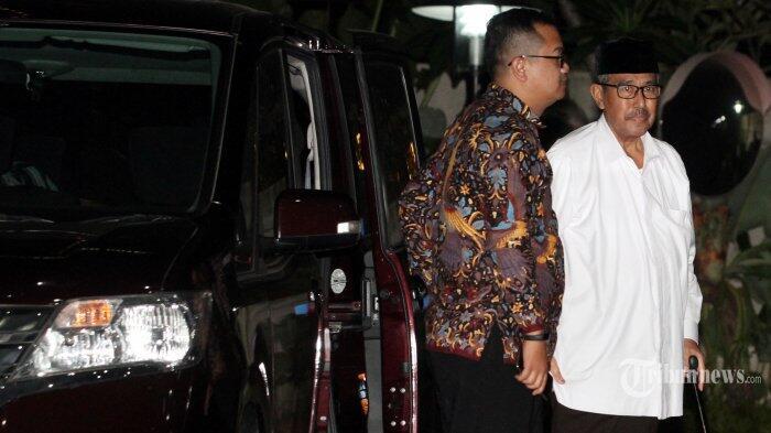 Anak-anak Bupati Bandung Barat Setia Menunggu di Kantor KPK