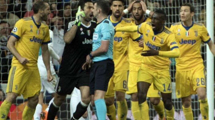 Gestur Murka Gianluigi Buffon Bikin Wasit Tampak Ketakutan