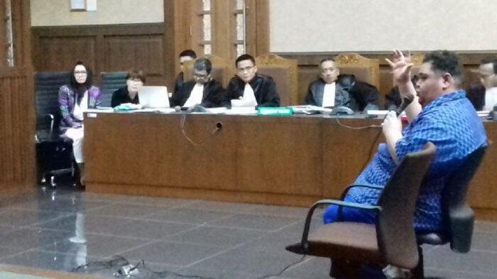 Suami Bupati Rita Ditanya Hakim soal Emas Batangan Milik Istrinya