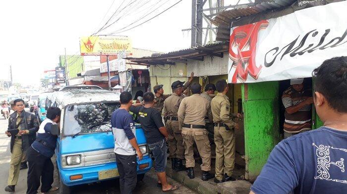 Para Pedagang Ikut Bantu Satpol PP Bongkar Bangunan Liar di Ciawi