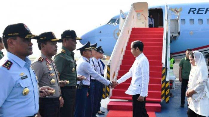 Warga Jayapura Sambut Kedatangan Presiden Jokowi