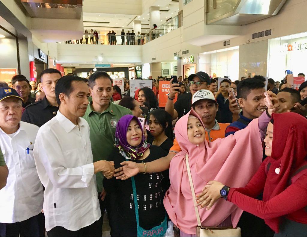 Blusukan ke Mal, Presiden Jokowi Menyapa Warga Jayapura