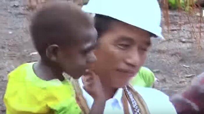 Joko Widodo Kunjungan ke Asmat, Gendong 'Jokowi' hingga Naik Motor di Tengah Hujan
