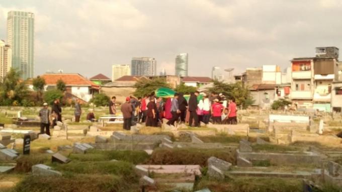 Pemakaman Ibunda Lucinta Luna di TPU Grogol Kemanggisan, Keluarga Emosional