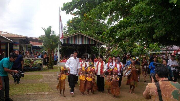 Jokowi dan Iriana Menari Bersama Anak-anak TK di Sorong