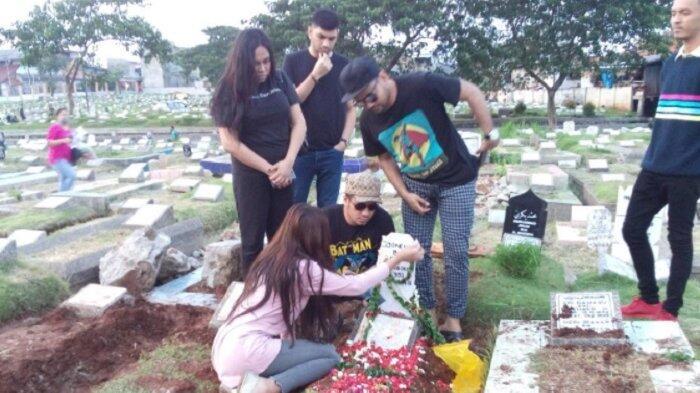 Telat Hadiri Pemakaman Ibunya, Bagaimana Hubungan Lucinta Luna dan Keluarga?