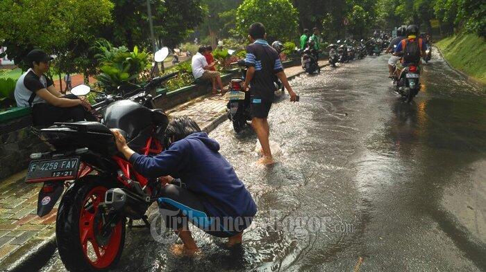 Air PDAM Bocor Hingga ke Jalan, Warga Malah Gunakan untuk Cuci Motor