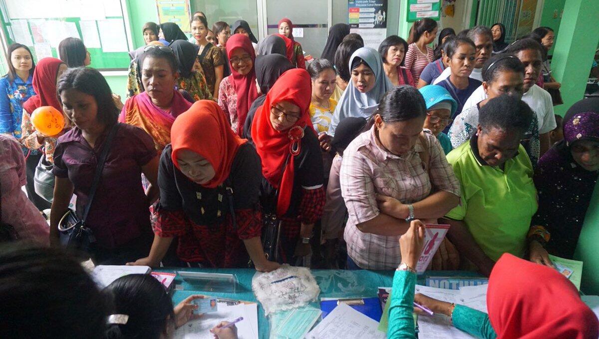 Menkes dan Ibu Iriana Jokowi Tinjau Tes IVA di Sorong