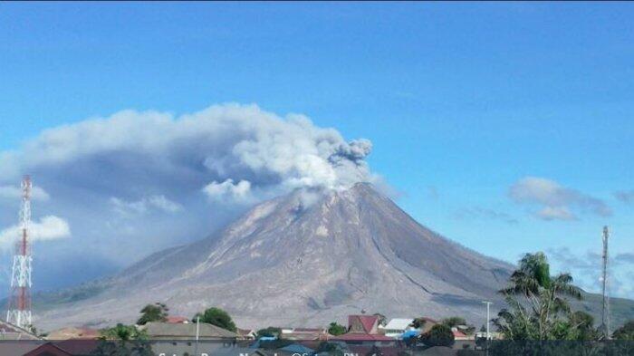 Asap Abu Kehitaman Keluar dari Kawah, Gunung Sinabung Kembali Erupsi Pagi Ini