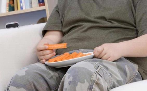 Kebiasaan Makan Sambil Nonton TV Bisa Picu Obesitas pada Anak