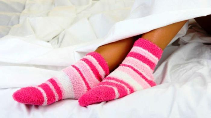 4 Manfaat Pakai Kaus Kaki Basah Saat Tidur, Bisa Sembuhkan Batuk!