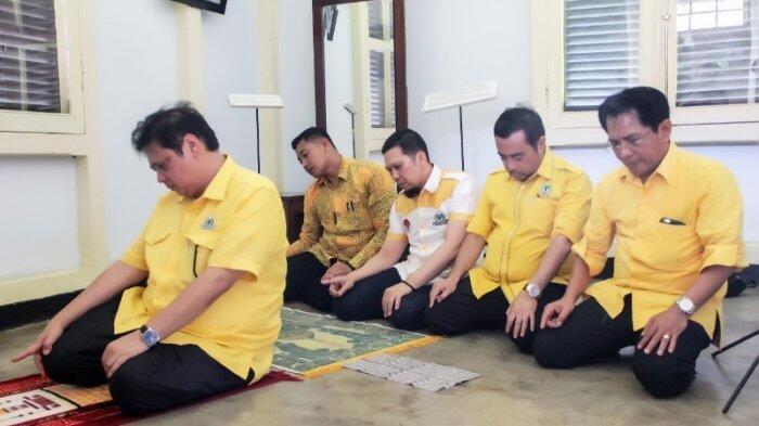 Ketum Golkar Salat Sunah di Rumah Pengasingan Bung Karno di Bengkulu
