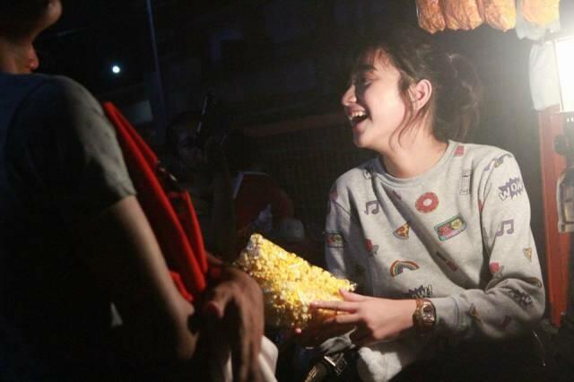 Gadis Cantik Penjual Popcorn Ini Mendadak Viral, Tapi Kisah Aslinya Begini!