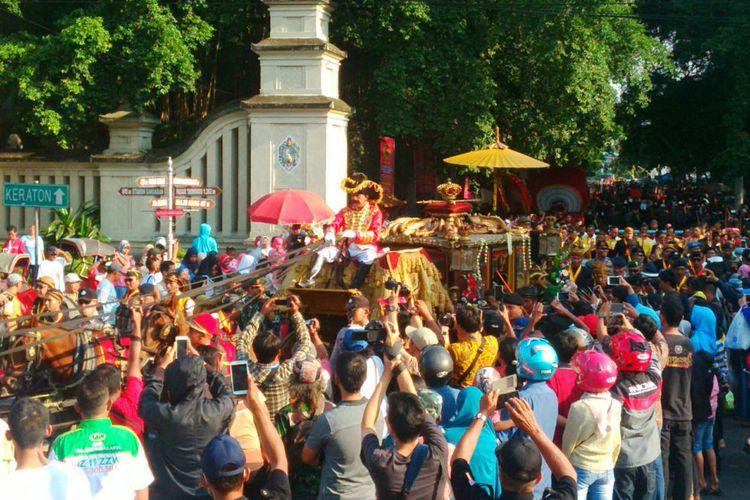 Naik Kereta Garuda Kencana, Raja Keraton Surakarta Sebar Koin ke Warga