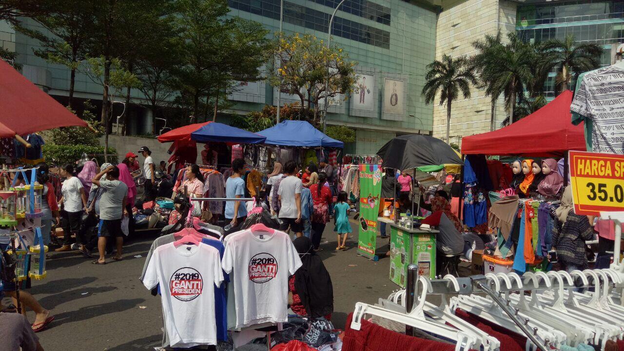 Penjual Kaus #2019GantiPresiden dan #2019JKWSalam2Periode Ramaikan CFD