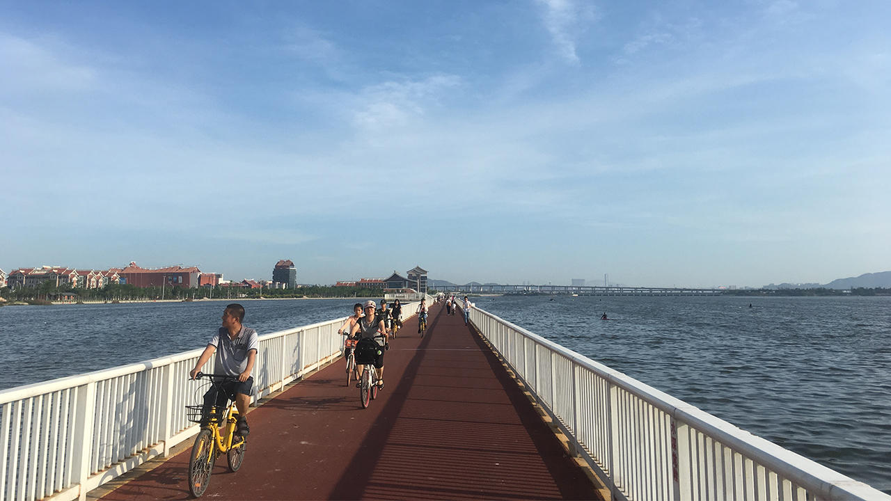 Sensasi Bersepeda di Jalur Sepanjang 2,6 Km di Atas Laut China