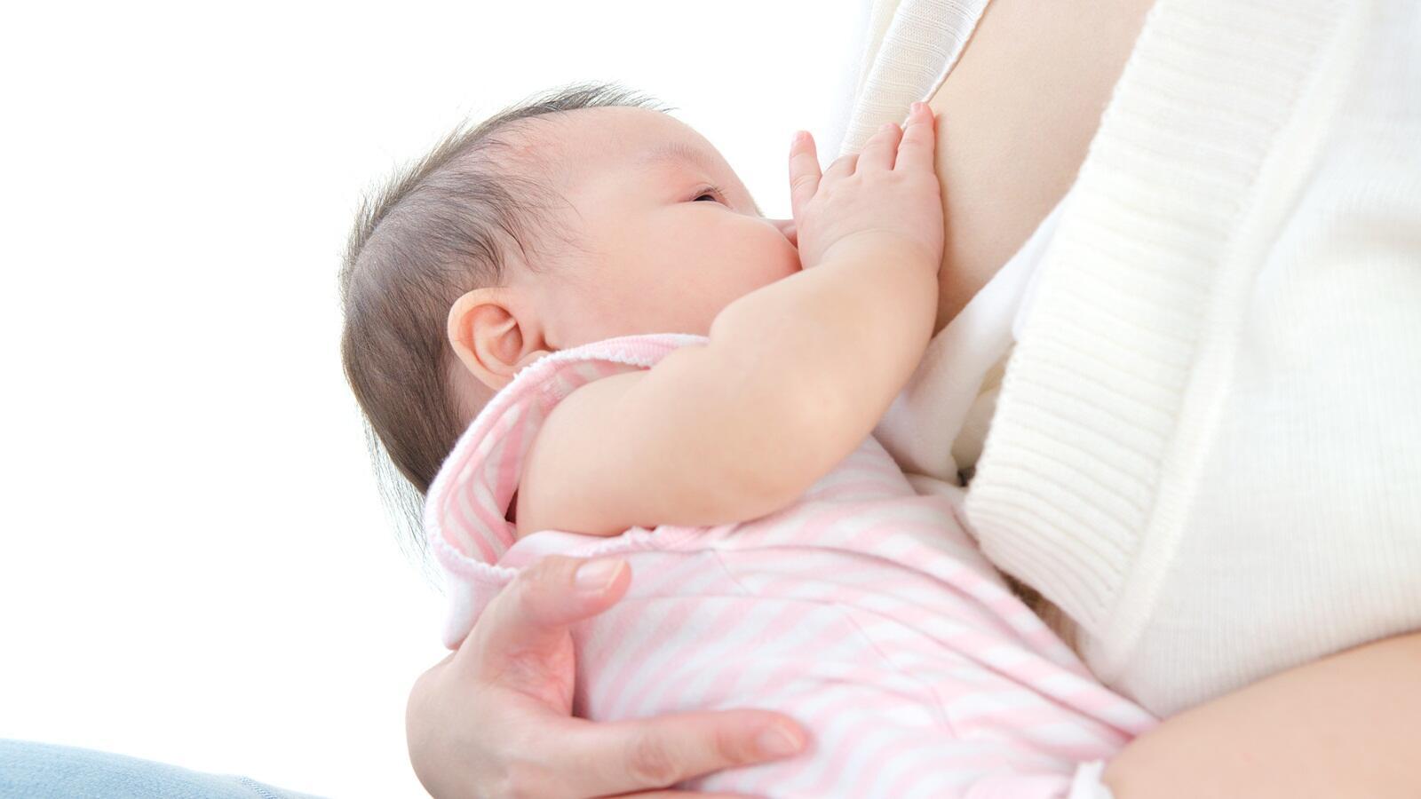 Tips Cegah Bayi Tersedak saat Minum ASI