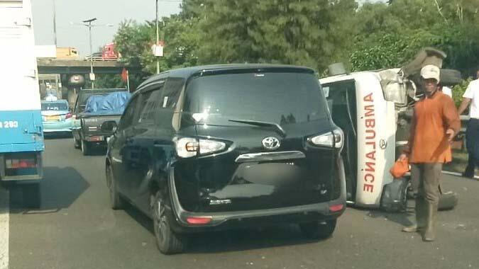 Ambulans Terguling di Tol Dalam Kota Cawang Atas, Jakarta Timur