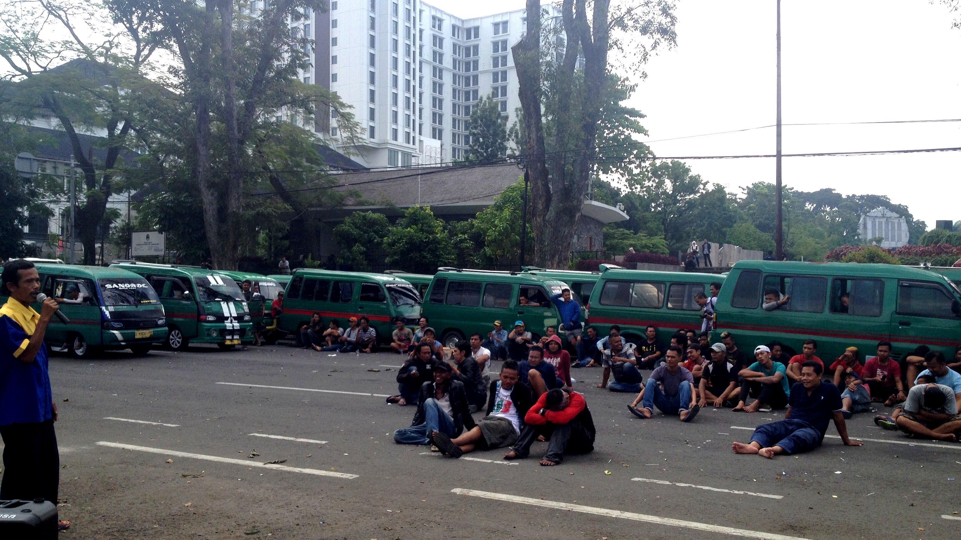 Demo Angkot: Kami Ingin Legalitas Angkutan Online dan Umum Disetarakan