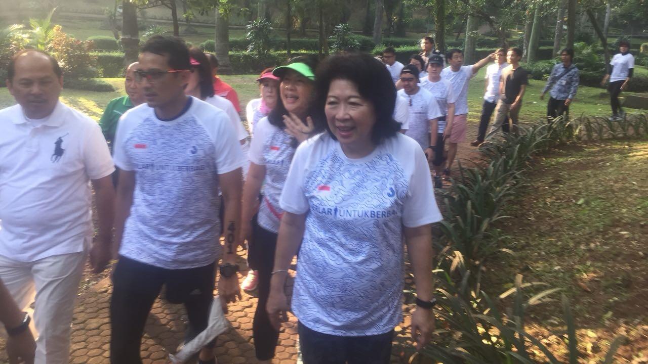 Sandi Ajak Maria Elka Pangestu Lari Pagi di Taman Langsat