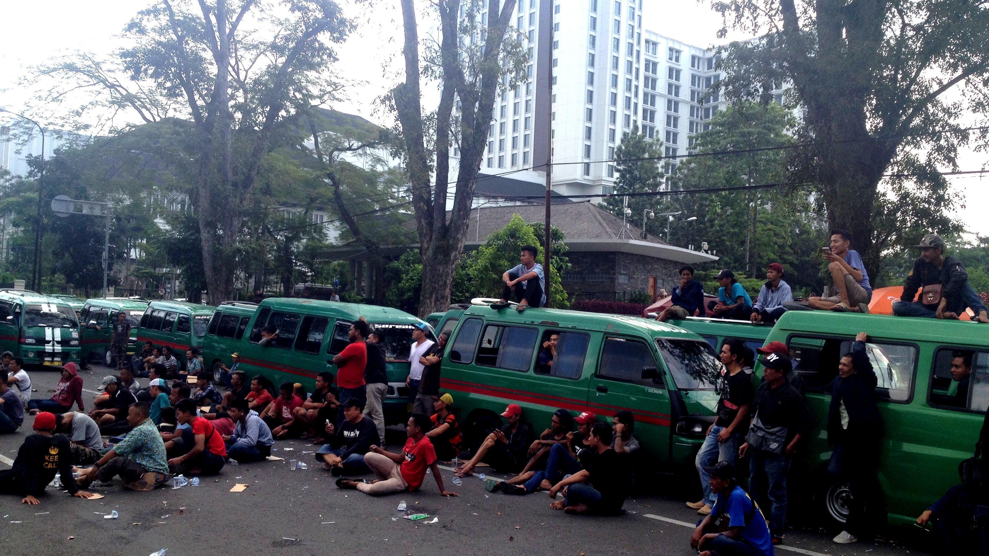 Sopir Angkot Bandung Tak Mau Ada Gesekan Lagi dengan Angkutan Online