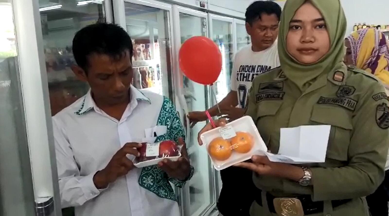 Buah Busuk Ditemukan Dijual Bebas di Minimarket Kota Pekalongan