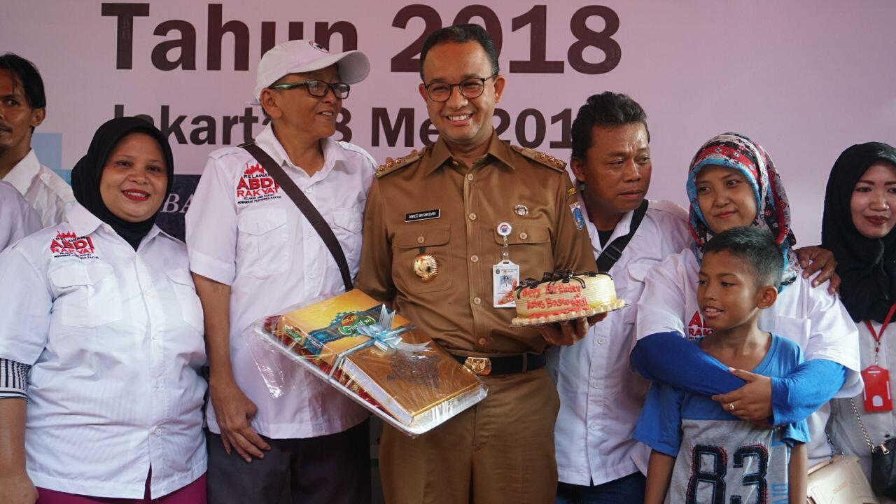 Anies Distribusikan Kartu Lansia Jakarta di Tanah Tinggi