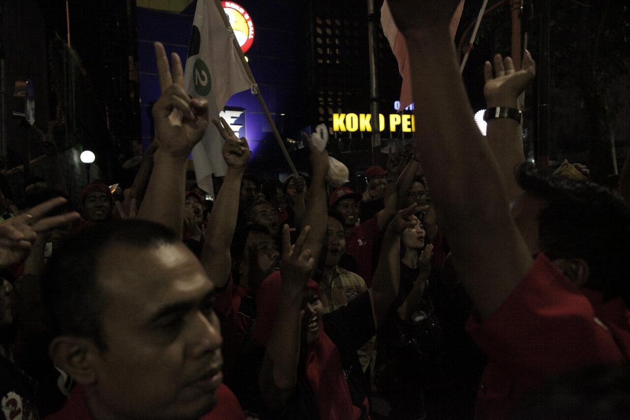 Jelang Debat Pilkada Jatim, Kedua Pendukung Adu Yel di Jalanan