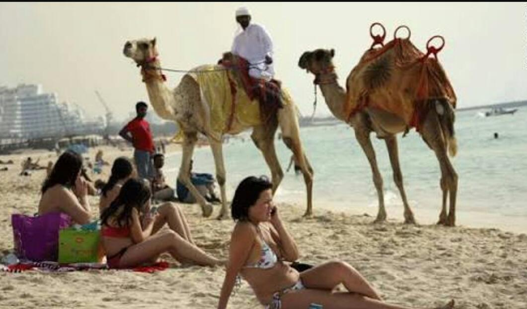 Mengapa (Akhirnya) Arab Saudi Bebaskan Wanita Pakai Bikini di Pantai?