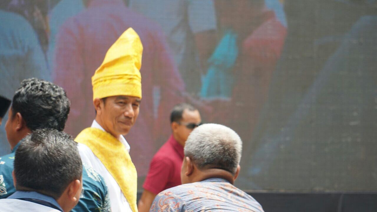 Berpakaian Adat Riau, Jokowi Bagi 5 Ribu Sertifikat untuk Petani Sawit