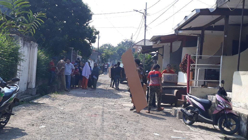 FOTO: Sempat Ricuh, Warga Rumah Dinas KPAD Tanah Kusir Mulai Berkemas
