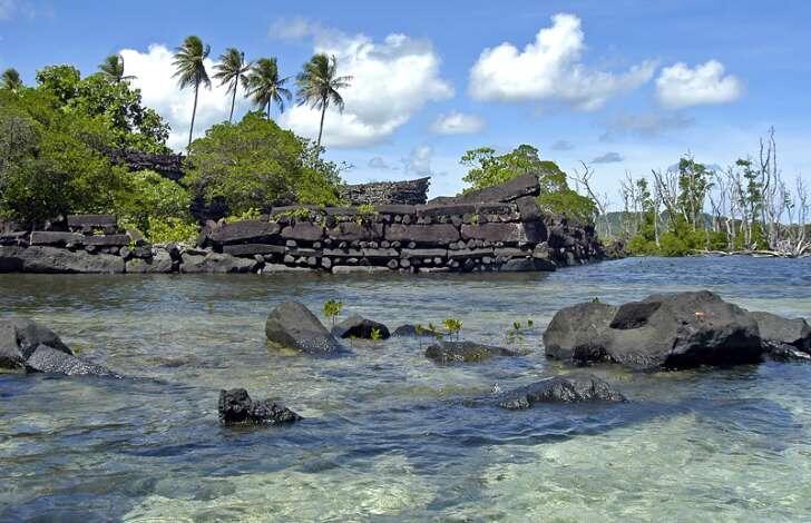 Reruntuhan Sebuah Kota di Pasifik Barat yang Dianggap sebagai Kota Penyihir