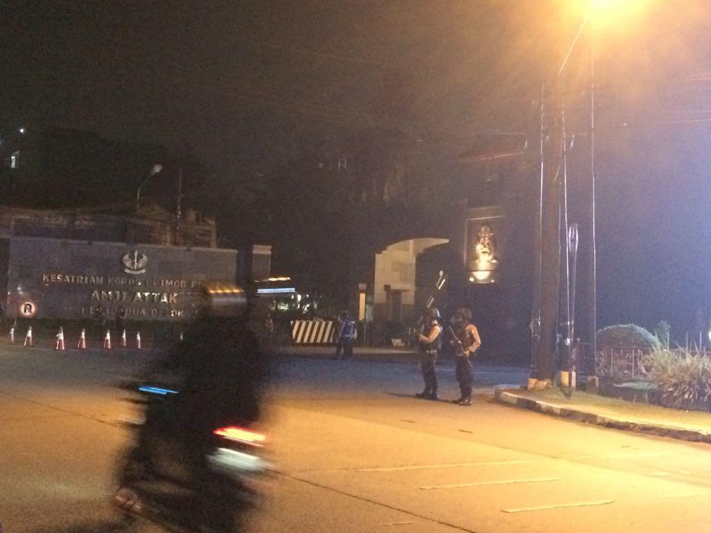 Pengendara Motor Terobos Blokade Mako Brimob, Teroris?