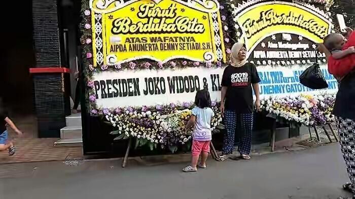 Pakai Kaos #2019GantiPresiden, Ibu Ini Dengan Santai Foto di Karangan Bunga Jokowi